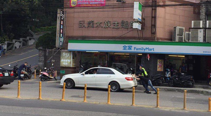 街頭暖風景網友大讚,警察、民眾熱心推拋錨車紓解堵車。圖/取自基隆人大小事