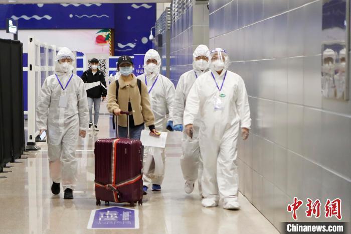上海宣布,28日零時起入境者,一率「集中」隔離14天。(中新網)