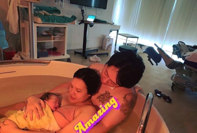 謝依霖在老公陪伴下,採水中生產法順利生下兒子。圖/金星提供