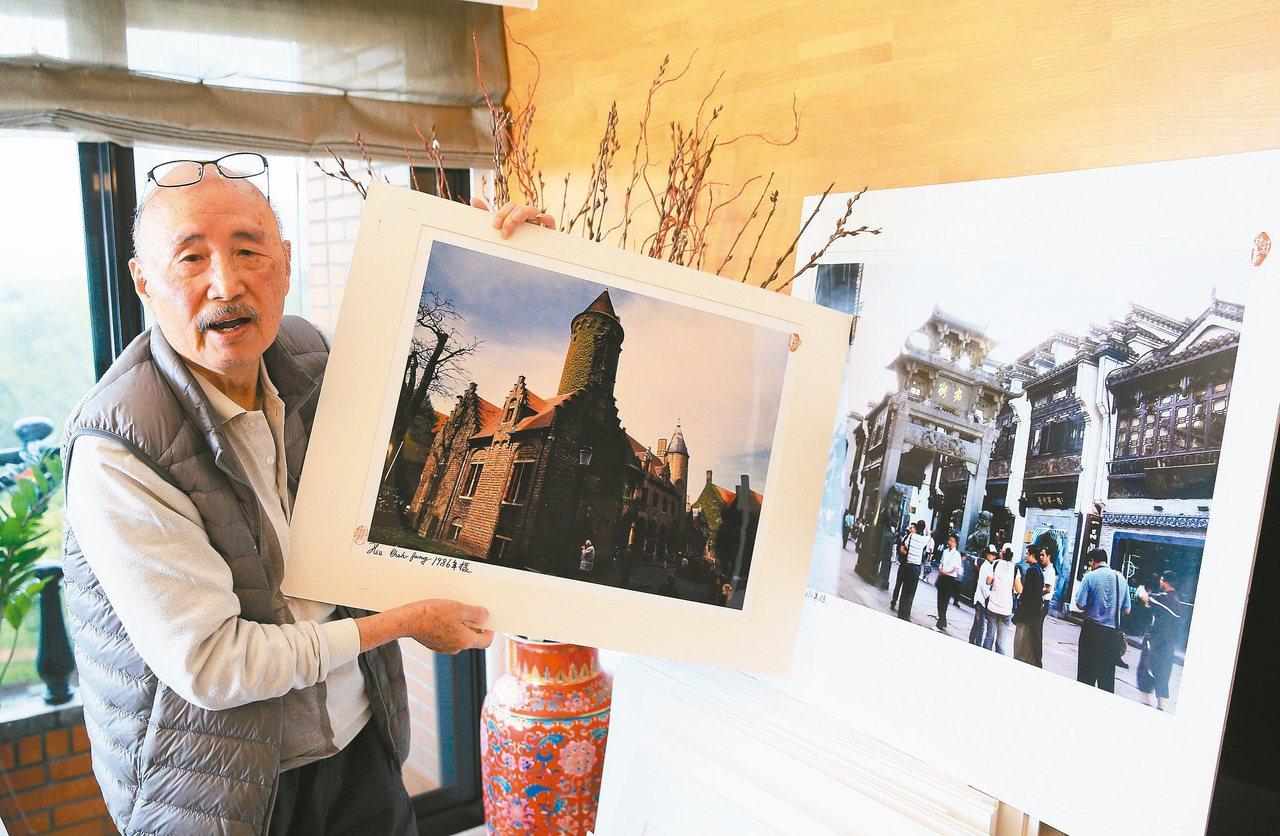 許捷芳受訪時秀出他的攝影作品。 記者潘俊宏/攝影