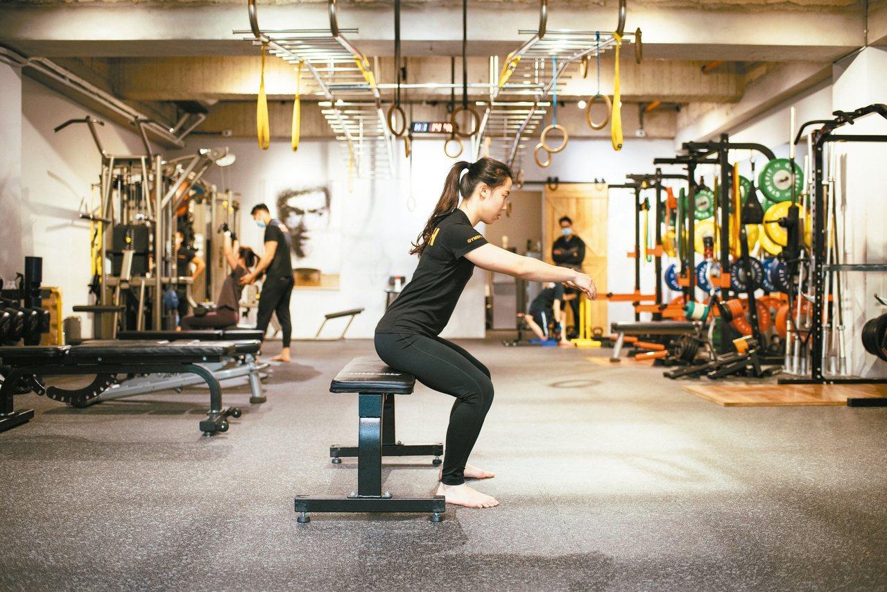 深蹲--步驟2:臀部向後推、再帶動膝蓋慢慢微彎下蹲、上半身微微前傾,想像背後有一...
