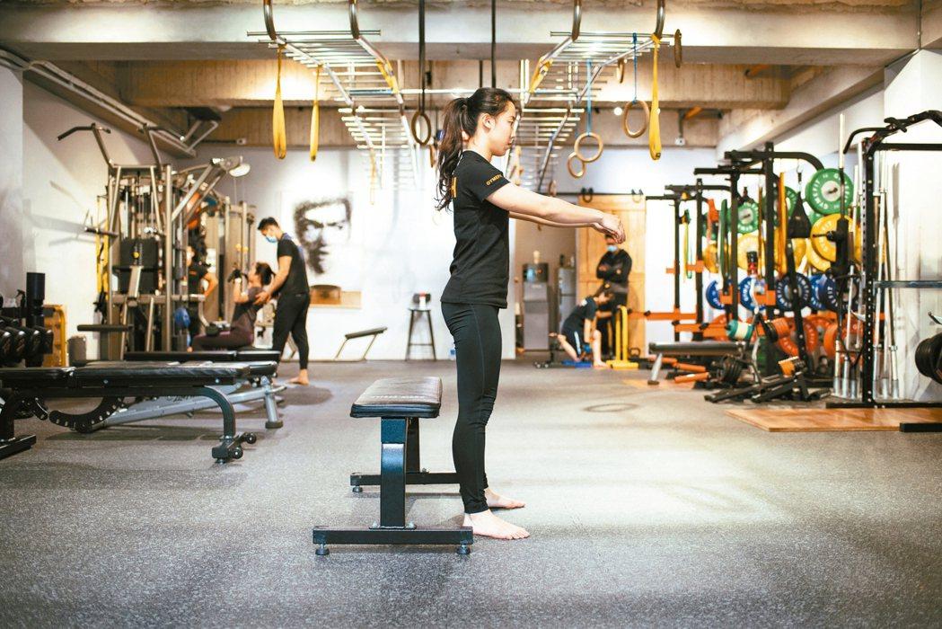 深蹲--步驟4:腳掌貼平地面,重心在腳掌中央,當蹲到大腿方向與地板平行時,再用臀...