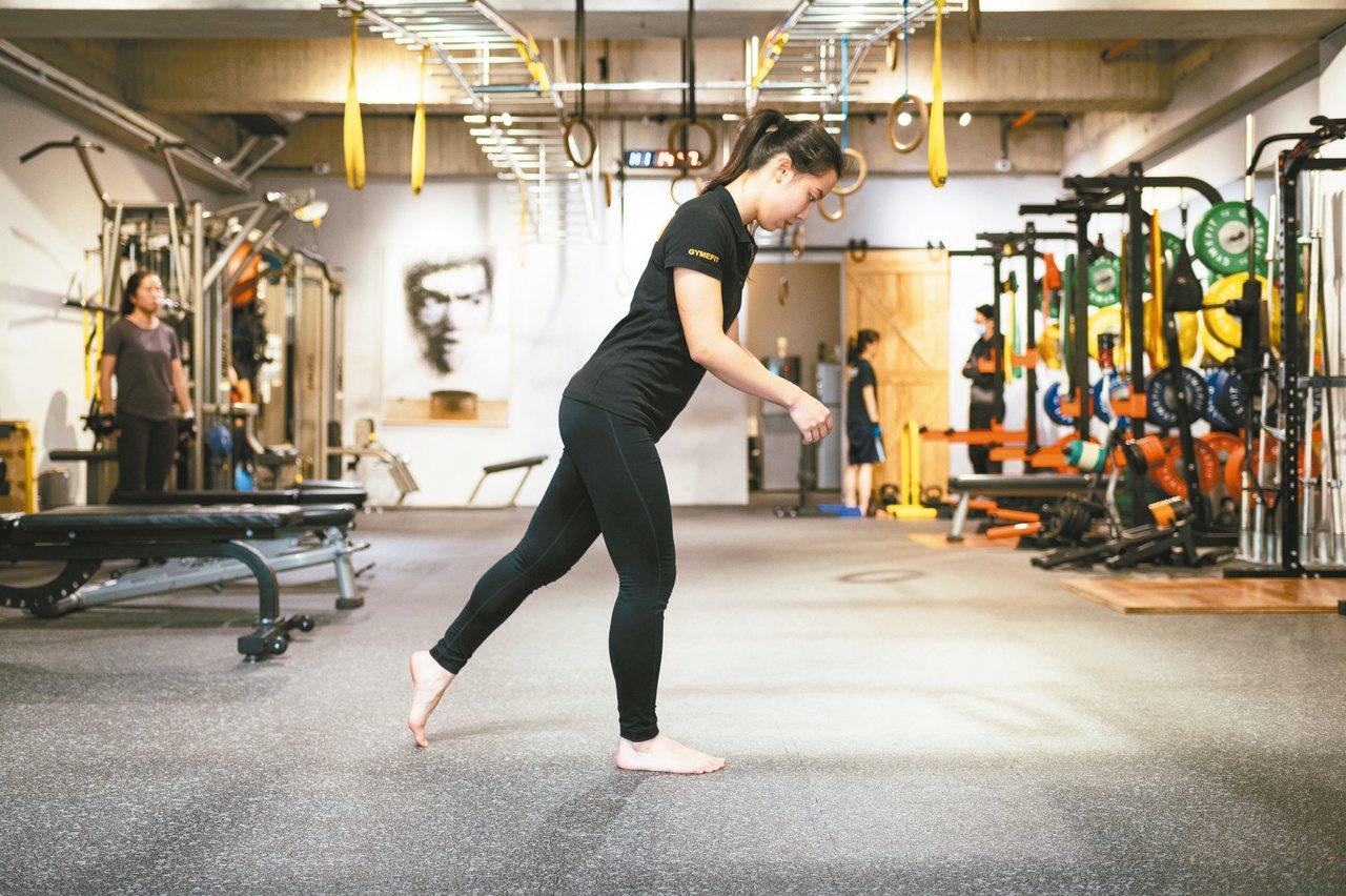 單腳站立--步驟1:右腳站立,膝蓋微彎、臀部往後推,讓上半身自然向前傾。 圖/陳...