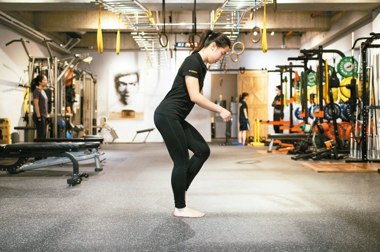 單腳站立--步驟2:左腳慢慢向後延伸,用左腳大腳趾輕輕點在右腳旁再收回,前後來回...