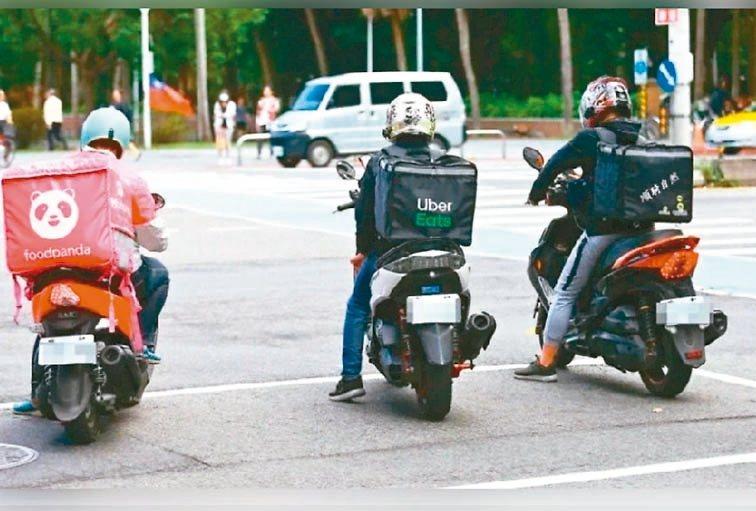 台北市長柯文哲昨主持交通會報,針對機車車禍近來增加不少,他質疑和各大外送平台興起、外送機車多有關。 圖/聯合報系資料照片