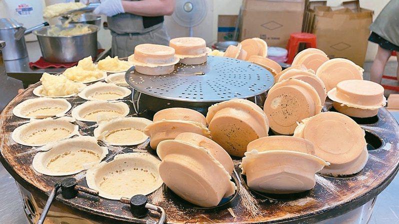 花蓮有一家「晴光紅豆餅」製作過程透明,餡料飽滿、口感扎實。 記者王思慧/攝影
