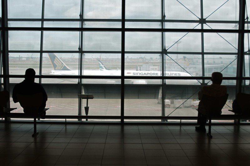 新冠肺炎疫情衝擊全球觀光業,媒體報導,新加坡樟宜機場即將關閉四座航廈中的兩座,負責機場地面服務、餐飲服務的新翔集團則要求員工,自4月1日起無限期放無薪假。 新華社