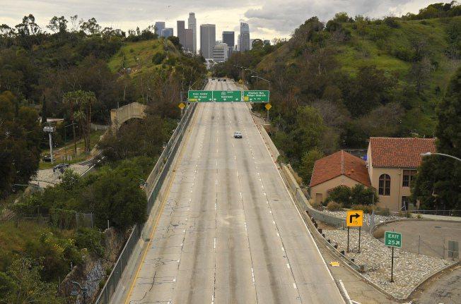通往洛杉磯城中區的110號公路有如唱「空城計」。(美聯社)