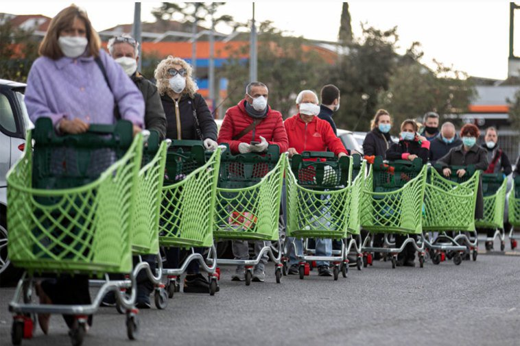 義大利疫情嚴重,圖為羅馬的民眾紛紛戴起口罩排隊等候進入一家超市。 歐新社