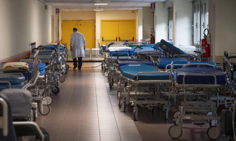 義大利醫生伯德里尼透露,他每天都必須做出「放棄病患」的選擇,從來沒如此頻繁地面對如此艱難的決定。(圖非文中醫院)。 歐新社