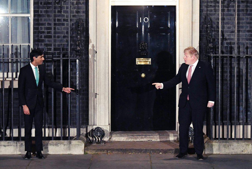 確診前晚才和首相強生(右)密室開會的財相薩納克(左)。 圖/歐新社