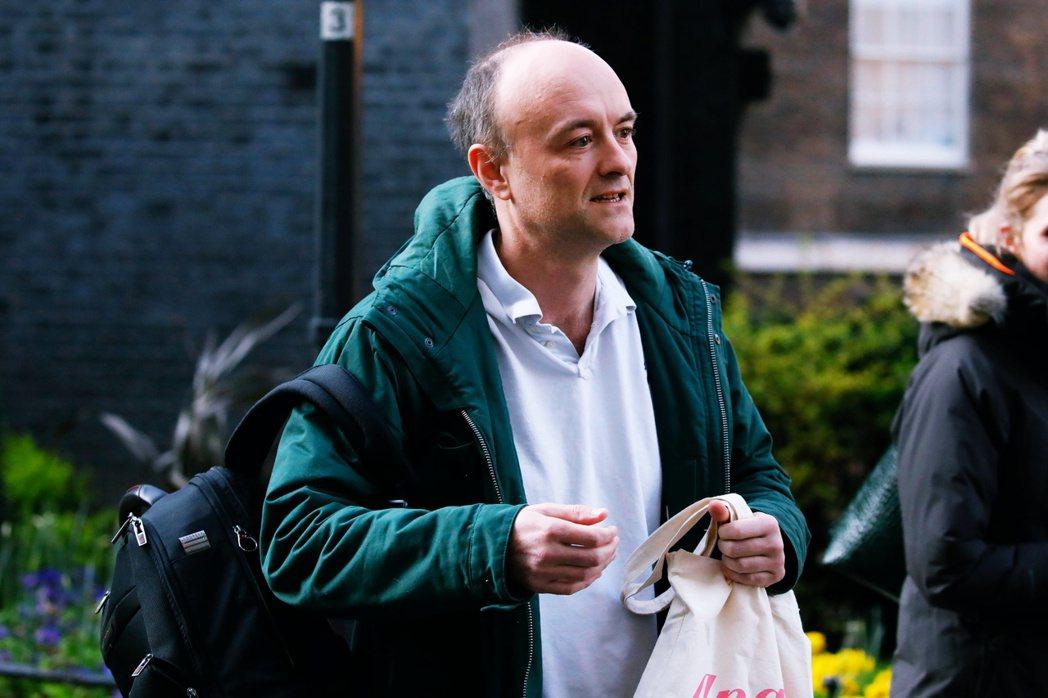 週五上午被記者拍到不明原因「跑出首相官邸」的卡明斯。 圖/法新社