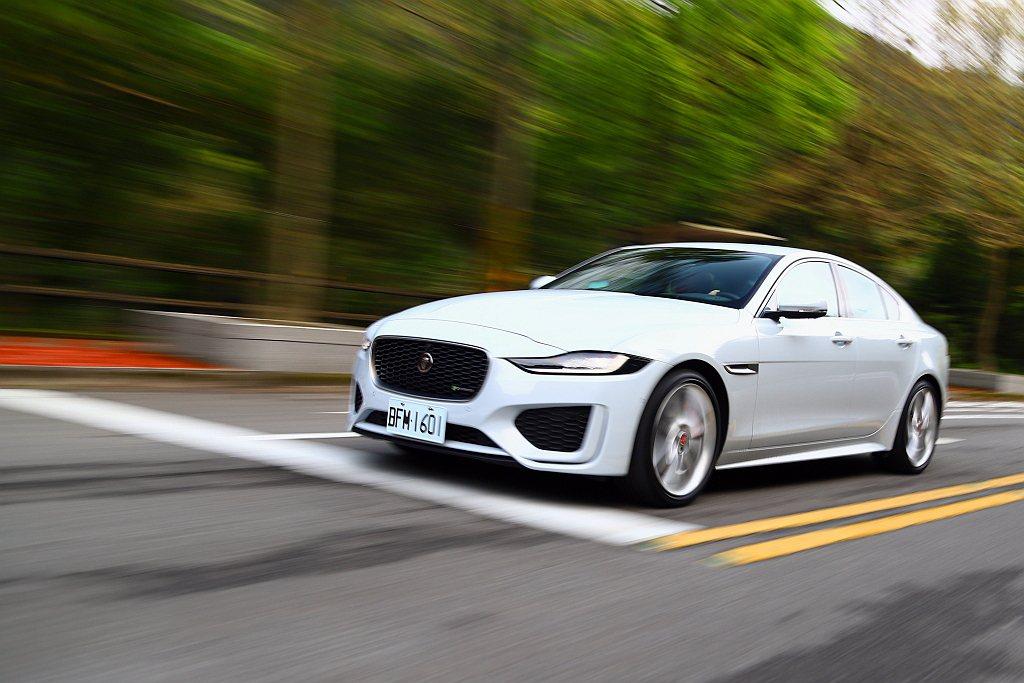 歸功輕量化鋁合金車體結構,使Jaguar XE車重僅1,500kg出頭,加上ZF...