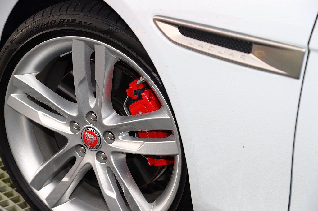 Jaguar XE P300 R-Dynamic SE煞車卡鉗配色為性能味更強烈...