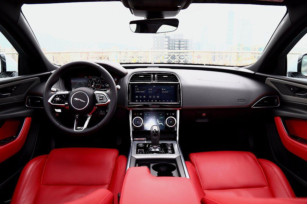 小改款Jaguar XE內裝中的圓形排檔設計改回傳統式跑車排檔桿,駕駛儀表則全面...