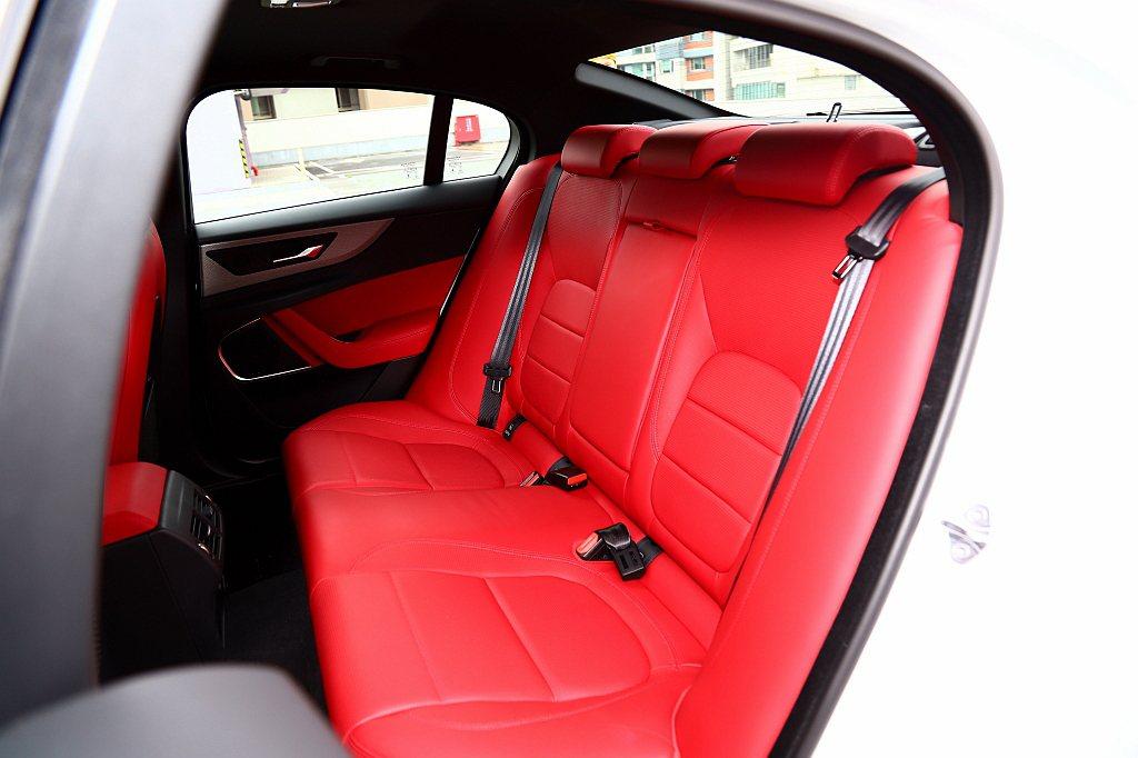 Jaguar XE小改款前就不具備後座傾倒功能,或許是因為這項功能使用的機會少,...