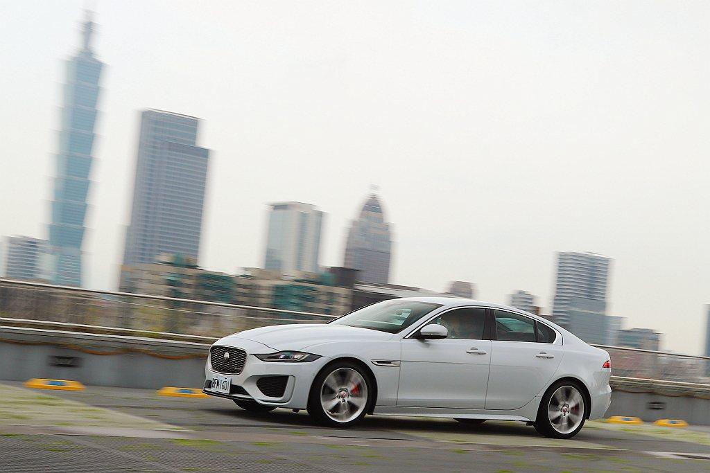 Jaguar XE小改款後依舊走自己的路,家族風格強烈的外觀造型塑造下,有著性能...
