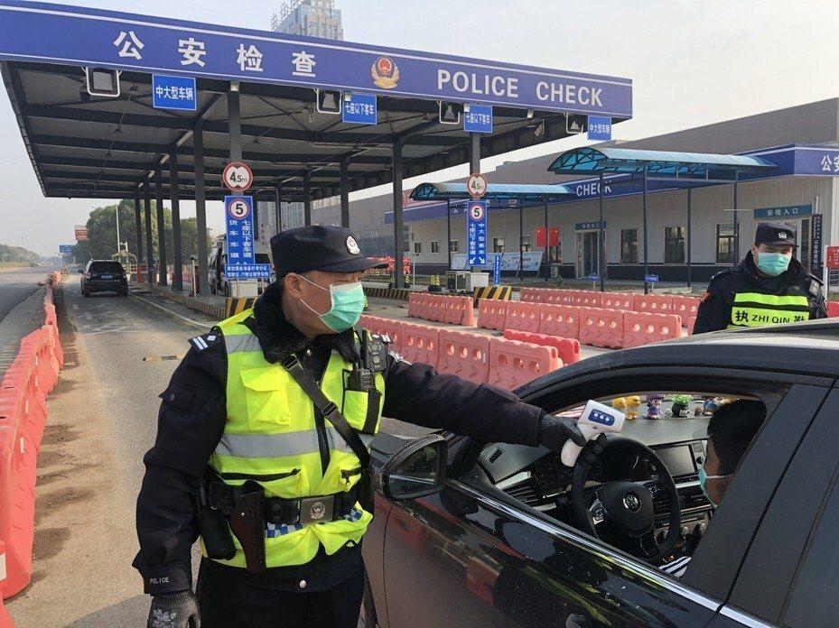 武漢封城,民警在檢查站執勤。(新華社資料照片)
