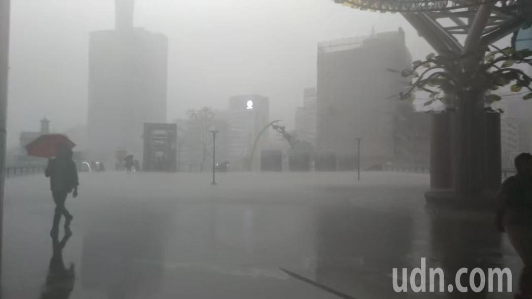 受到鋒面影響,各地陣雨或雷雨。本報資料照片