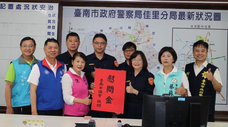 台南市議員蔡秋蘭(前排左三)花2小時與詐騙嫌犯周旋,成功為民眾保住財產。圖/佳里分局提供