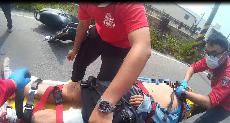 嘉義市消防局德安分隊日前處理一機車自撞車禍,楊子俊熱血幫助。圖/德安分隊提供