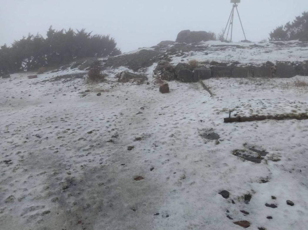 玉山站7時5分開始下雪,8時25分停。圖/氣象局提供