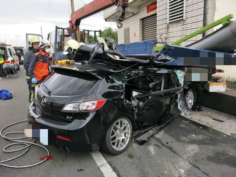 宜蘭縣五結鄉五濱路二段路段,今天上午有轎車撞到停放路邊一輛大貨車,3人傷重,消防局搶救,但傷者都OHCA失去生命徵象。圖/宜蘭縣消防局提供