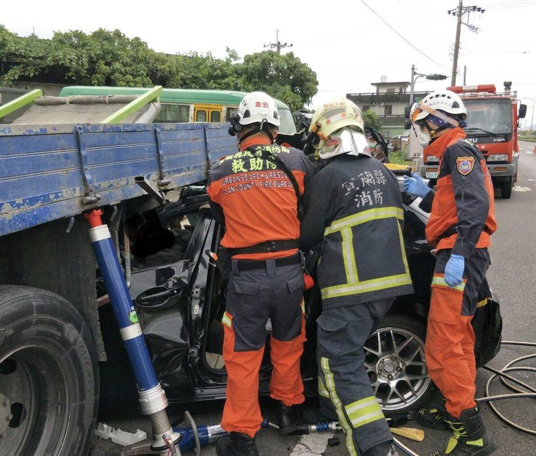 宜蘭縣五結鄉五濱路二段路段,今天上午有轎車撞到停放路邊一輛大貨車,3人傷重,消防...