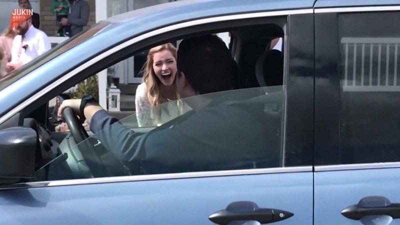 萊恩和布蕊南的親友開著車經過兩人新居,在安全距離外致賀。還有人特地送上衛生紙,作為最應景的新婚禮物。AP/Jukin Media