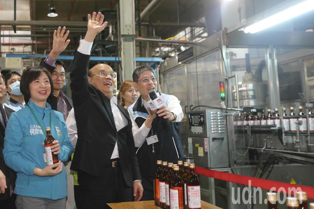 行政院長蘇貞昌(中)參訪台灣菸酒公司台中酒廠時,開心的向工作人員揮手致意。記者黃...