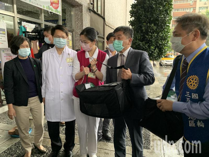中央流行疫情指揮中心指揮官陳時中今中午以「惜食台灣行動協會」成員身份,送便當到衛福部台北醫院。記者魏翊庭/攝影