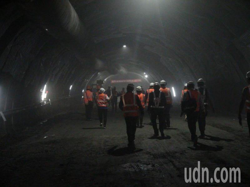 國道4號豐原潭子段3座隧道中最長的豐原1號隧道西行線,歷經2年施工開鑿,今天終於貫通。記者余采瀅/攝影