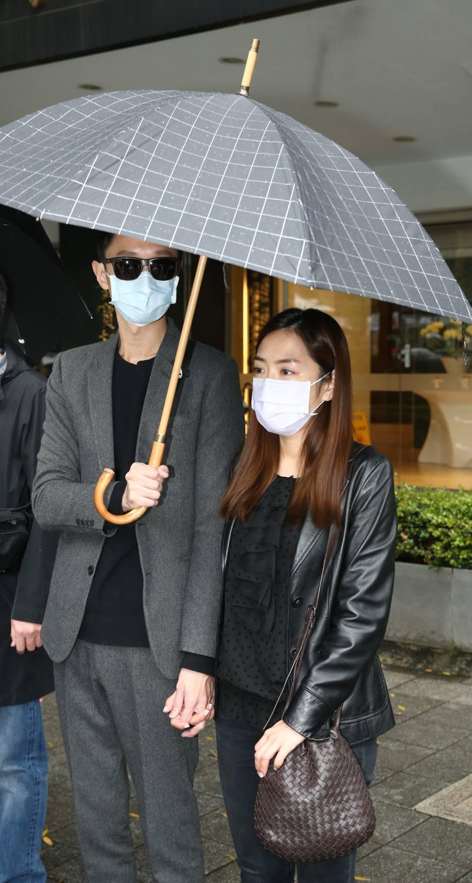 楊千霈緊緊牽著老公。記者曾原信/攝影