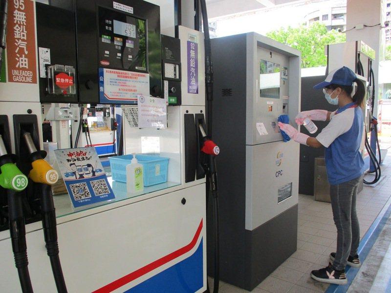 為配合政府防範新冠肺炎病毒、保障民眾健康,台灣中油今(28)日表示,加油站已全面採取最高規格之防疫措施,並加強人員健康管理及相關設備的消毒與清潔。 圖/台灣中油提供