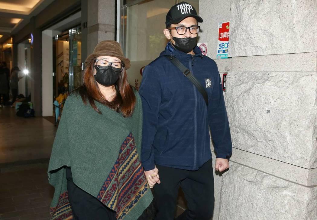 Terry和羅美玲夫妻一起抵達靈堂。記者曾原信/攝影