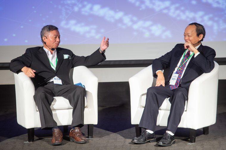 兩位衛生署前署長楊志良(右)及葉金川(左),同是公衛專家又是癌友,今天在聯合辦主...