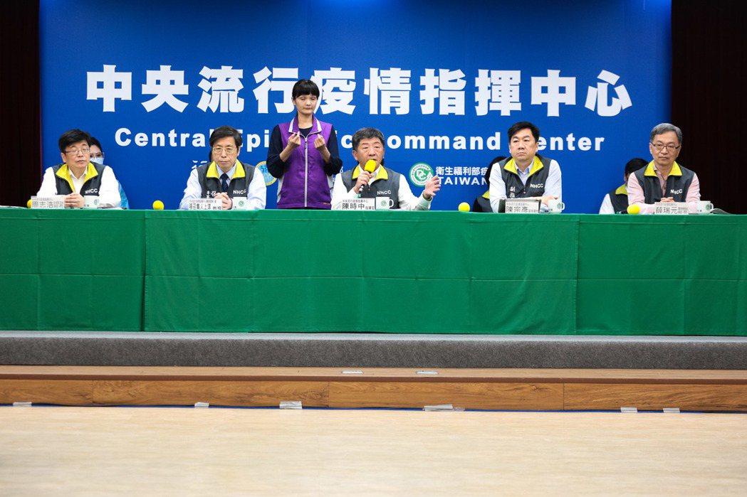 指揮中心副指揮官陳宗彥表示,電子圍籬在原始條件上有部分使用困境,現在訓練勤務中心...
