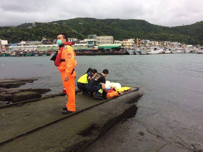 宜蘭縣蘇澳鎮南寧魚市場前,今天下午2點多,有一名年約60歲的女子落海,海巡署第一巡防區通報與救援,宜蘭縣消防局救護人員立即CPR,並將溺水女子送往榮民醫院蘇澳分院急救中。圖/宜蘭縣消防局提供