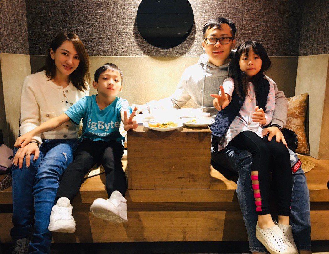 王宥忻(左)跟老公(右)育有一對子女。圖/王宥忻提供