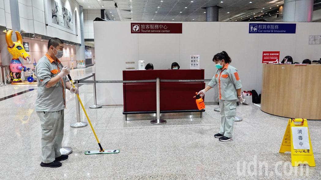 桃園機場今天證實出現員工確診新冠肺炎第一例,在觀光局服務中心上班的男性員工被證實...