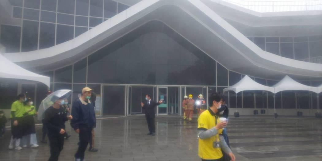 滬尾藝文園區電箱短路竄火,所幸及時疏散人員未造成傷亡。記者巫鴻瑋/翻攝
