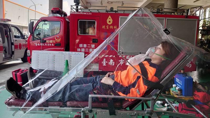新冠肺炎疫情嚴峻,台南市消防局在成大醫院醫師協助下,設計出戰疫型防護罩,期望能提升救護出勤同仁的安全性。記者邵心杰/翻攝