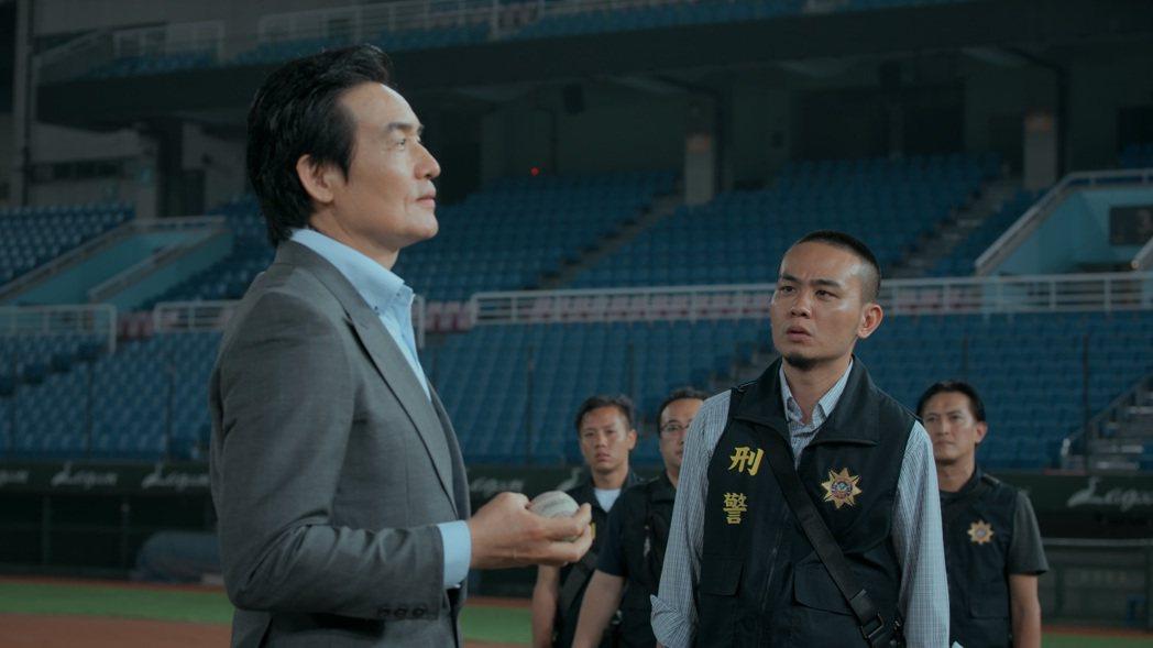 「鏡子森林」大結局,霍正奇(左)飾演企業集團首腦,遭飾演刑警的楊大正察查。圖/公...