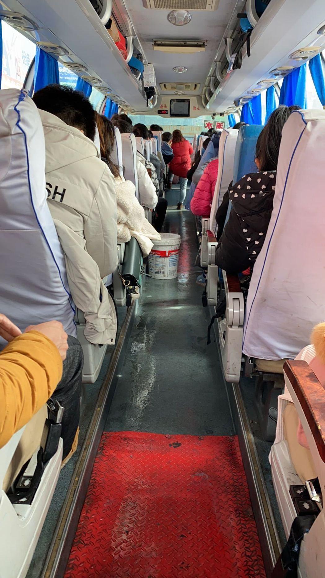 滯留湖北的陸配幼幼,28日和另外八個台灣民眾搭上這班省際客運,從湖北黃岡趕往上海...