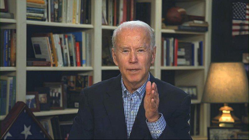美國民主黨總統參選人、前副總統拜登廿五日在虛擬記者會中發表談話。(美聯社)