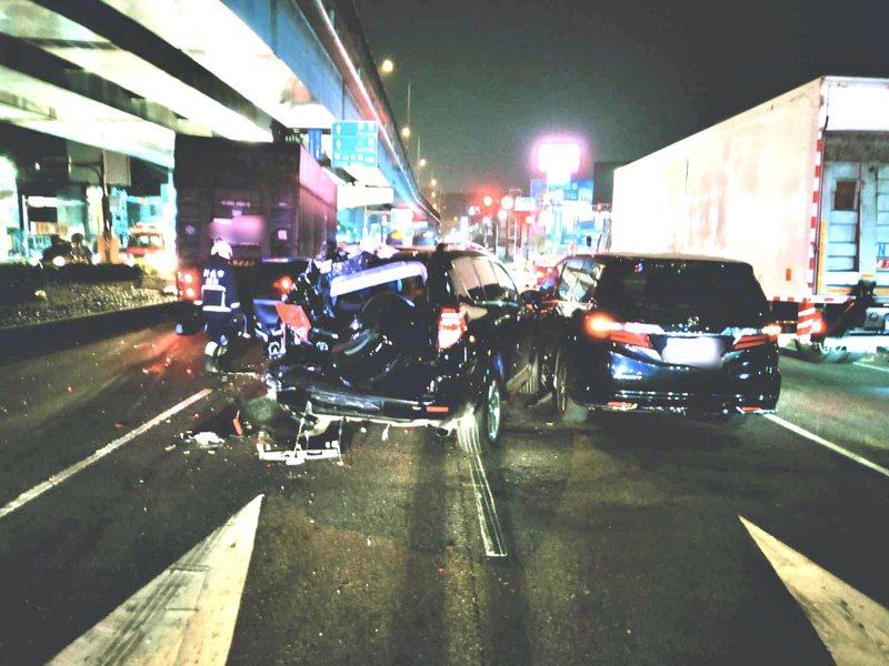 大貨車疑煞不住追撞停紅燈車輛,造成2人輕傷。記者巫鴻瑋/翻攝