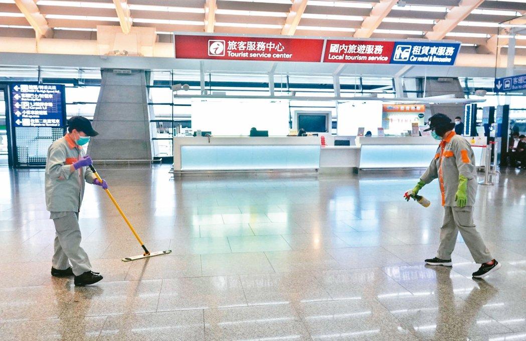 桃園機場證實,在觀光局旅客服務中心上班的男性員工確診新冠肺炎,清潔人員在服務中心...