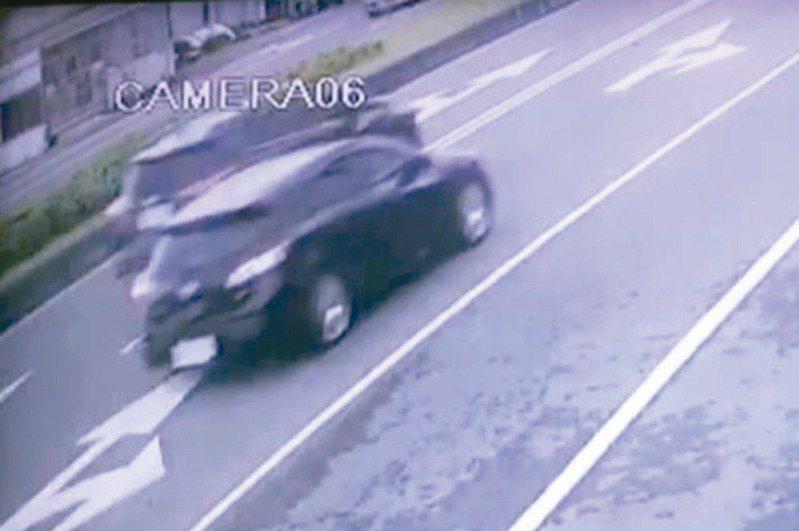 宜蘭縣五結鄉五濱路昨天發生轎車撞路邊貨車,兩死一命危,警方調閱監視器追查發現,轎車(右)與休旅車(左)行車糾紛,殃及無辜。 圖/翻攝畫面