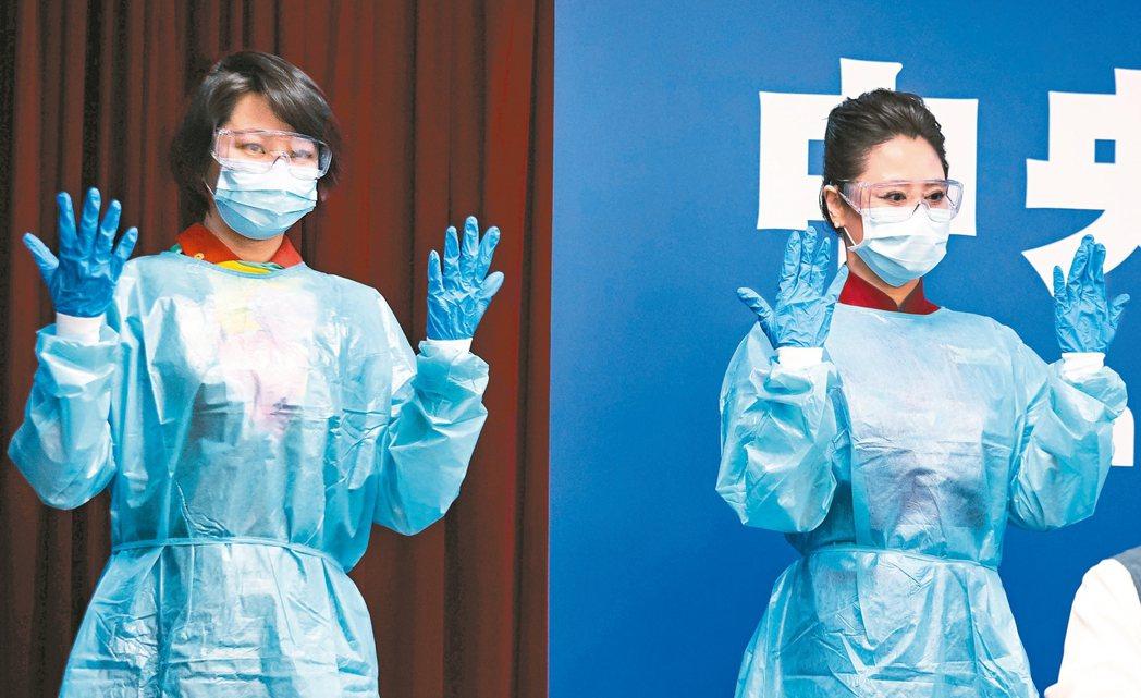 空服員示範空服防護裝備標準。 圖/中央流行疫情指揮中心提供