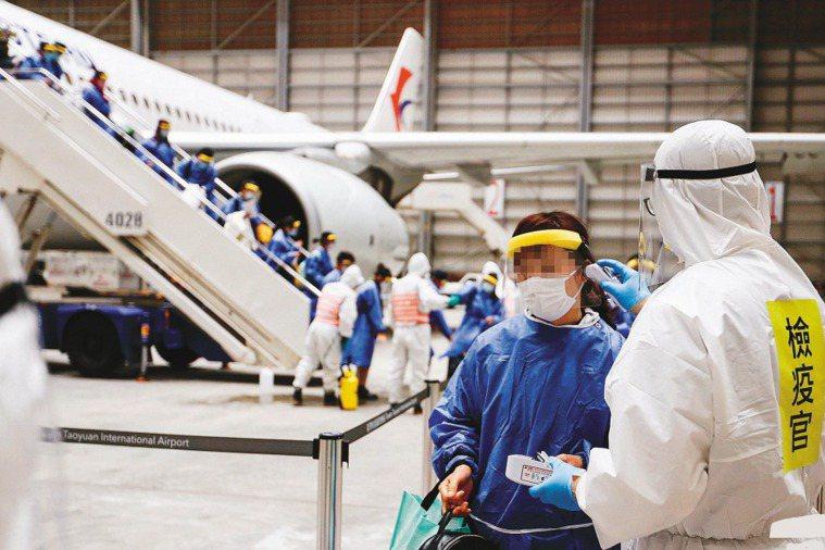 圖為先前武漢包機返抵桃園機場時,化學兵進入機棚檢疫和消毒。圖/聯合報系資料照片